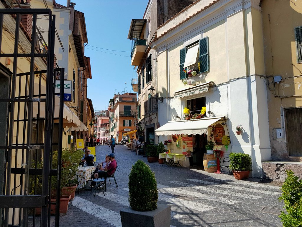 Lunch in the Castelli Romani: how to visit Ariccia or Frascati with public transport, to eat porchetta in a typical fraschetta. How to get to the Castelli Romani, including Nemi, Genzano, Marino, Monte Porzio Catone and Albano Laziale. #castelliromani